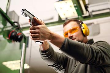 Strzelnica. Strzelanie z pistoletu na strzelnicy