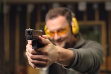 Strzelnica sportowa.Strzelanie z pistoletu na strzelnicy