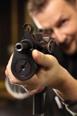 Mężczyzna strzela z karabinu
