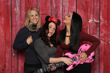Mädchentrio albert vor einer Fotobox - 3 Mädchen vor einer Photobox