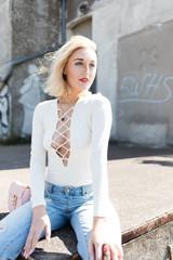 modische Frau präsentiert Fashion-Kleidung