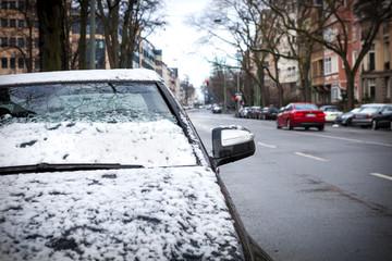 Auto mit dem ersten Schnee