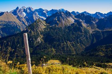 Alpen Panorama von Fellhorn im Allgäu im Herbst mit schneebedeckten Gipfeln