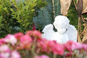 Angel, Engel in herbstlicher Grabgestaltung