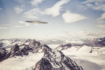 In de dag UFO UFO over Alaskan Mountains