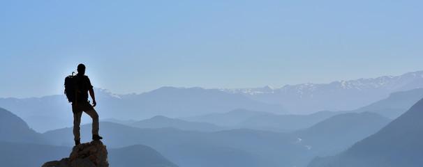 Dağların Zirvelerini Gözetleyen Maceracı