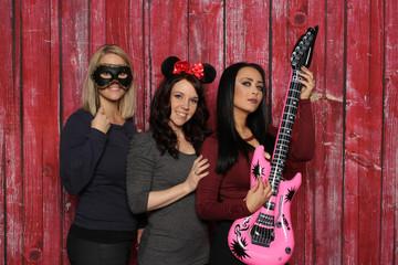 Photobooth Party - 3 Mädchen mit Probs und Gitarren vor einer Fotobox