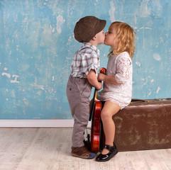 zwei Kinder im Retro Style geben sich ein Küsschen
