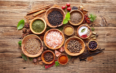 In de dag Kruiden Spices and herbs on a wooden background
