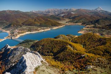 Paisaje de montaña con vista del pueblo, embalse de Riaño y Pico Espigüete, León.