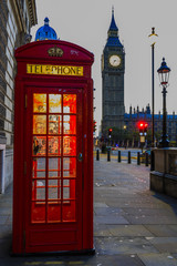 Papiers peints Rouge, noir, blanc Famous English red telephone boxes with Big Ben in London at nig