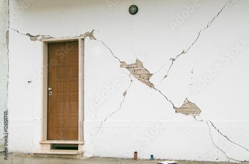 Entrata di una casa a visso distrutta dal terremoto - Entrata di casa ...