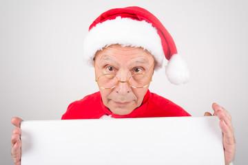 Senior hält weißes Schild mit Platz für Text als Weihnachtsmann