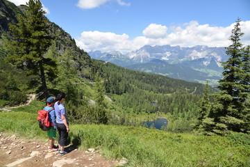 Mutter und Sohn im Urlaub in der Steiermark