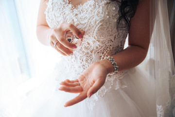 the bride keeps the spirits in his hands and visible stream of droplets . perfume