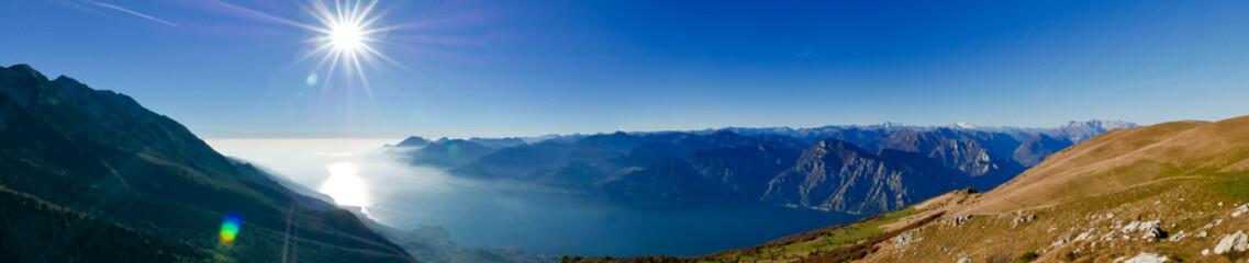Spoed Foto op Canvas Groen blauw Beautiful wide panorama of alpine lake in Italy