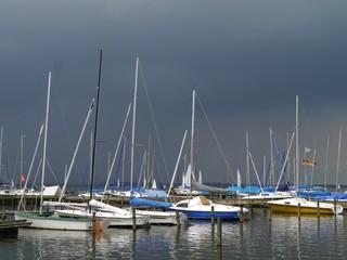 Seegelboote liegen im Hafen