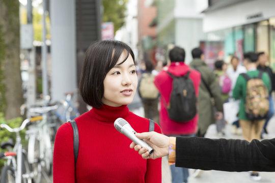 女性 インタビュー 取材 汎用イメージ 原宿 表参道 10代 20代 通り 雑踏