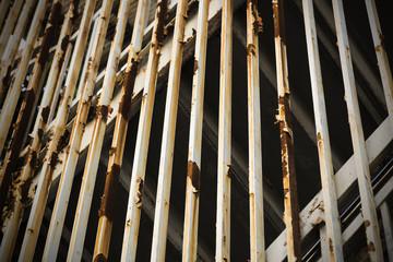 金属製の外階段の壁