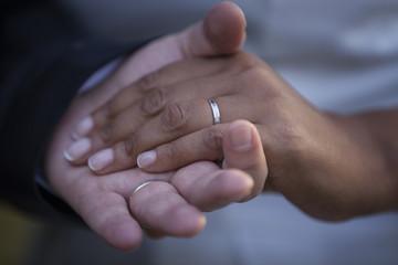 Mains avec alliances