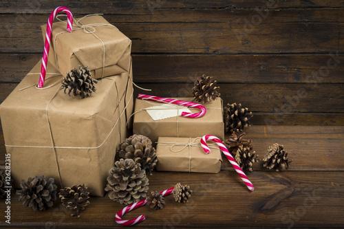 Navidad con regalos y bastones de caramelo en un fondo de - Caramelos de navidad ...