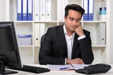Unmotivierter Mitarbeiter im Büro