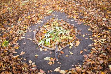 Ein Herbstblatt gemacht aus Herbstlaub