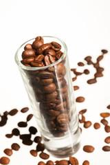 grains de café torréfiés dans un verre transparent