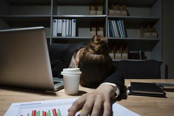過労で疲れている女性