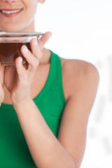 portrait d'une femme souriante avec un bol de thé