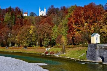 Blick über die Isar zur Kreuzkirche auf dem Kalvarienberg in Bad Tölz