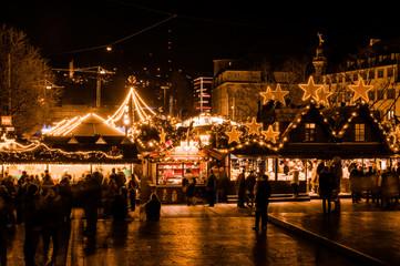 Blick auf den Stuttgarter Weihnachtsmarkt von leicht erhöhter Position am Schlossplatz Wall mural