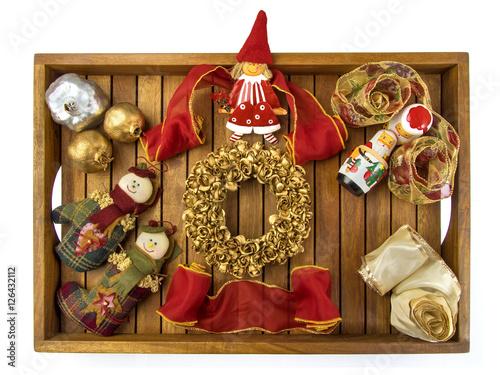 Bandeja con regalos y adornos de navidad sobre fondo for Bandejas de navidad