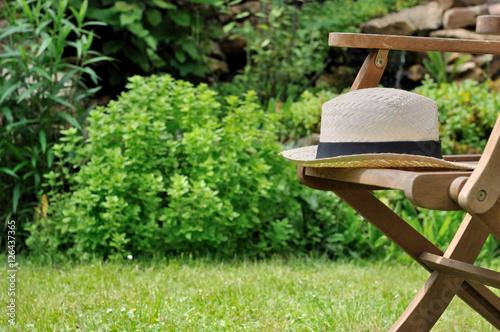 Chapeau en paille sur chaise de jardin stock photo and - Chaise en paille ...