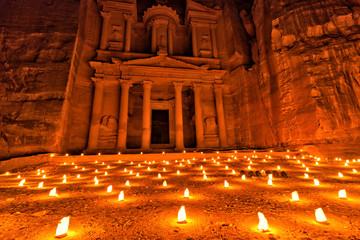 Petra in Jordanien bei Nacht