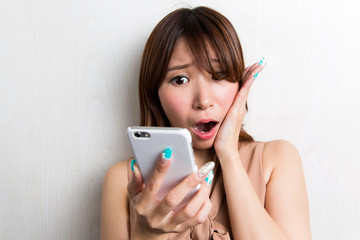 スマートフォン・驚く女性