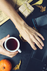 man holds coffee with your hands to warm up