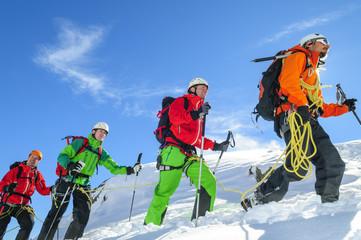 Bergführer mit Gruppe im Hochgebirge