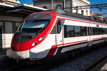 Vorortzug im Bahnhof