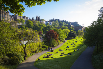 Historische Gebäude und ein grüner Park in Edinburgh, Schottland