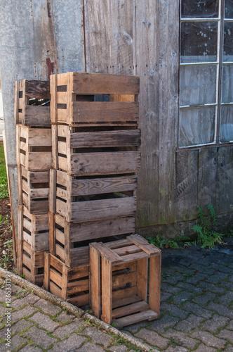 vieilles caisse en bois empil es 126533139. Black Bedroom Furniture Sets. Home Design Ideas