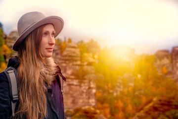 abenteuer frau wandert in den bergen bei sonnenuntergang
