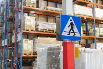 Oznakowanie pionowe na magazynie - znak przejście dla pieszych