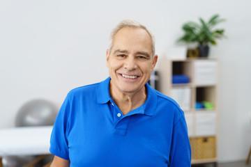 sportlicher älterer mann in einer praxis für physiotherapie