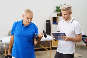älterer mann trainiert mit einem physiotherapeuten