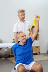 therapeut betreut einen ältern mann