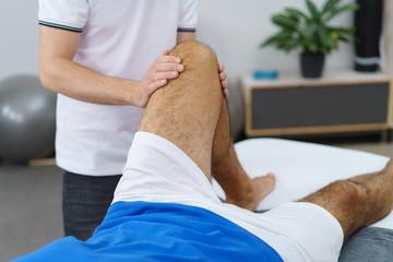 osteopath behandelt einen patienten am knie