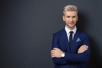 attraktiver mann im anzug