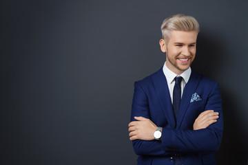lächelnder mann im anzug schaut zur seite
