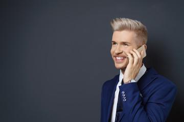 mann telefoniert mit seinem smartphone